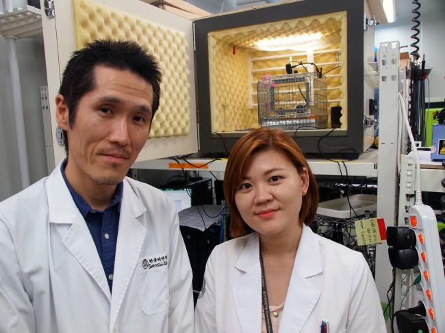 코지마 사토시 한국뇌연구원 책임연구원(왼쪽)과, 같은 연구실의 이다현 박사. 이 박사는 인간의 언어를 뇌과학적으로 연구했다. - 윤신영 제공